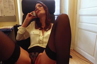 Marie Clarence s'offre une séance de téléphone rose et se gode au bureau 3
