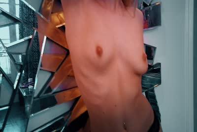 Nesty : L'adorable star du X hongroise Nesty dans une vidéo de strip-tease 3