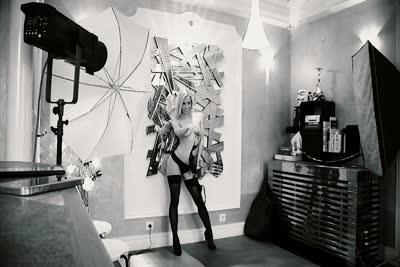Nesty : L'adorable star du X hongroise Nesty dans une vidéo de strip-tease 1