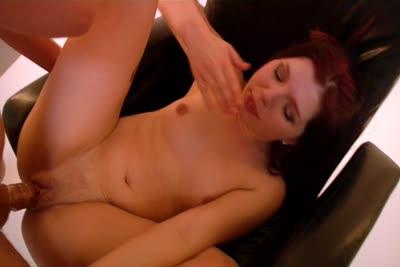 Perle Carter : Seconde partie de la vidéo de Perle Carter soumise et baisée en studio 1