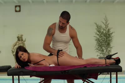 Cassie Fire : La star du X russe reçoit son premier massage avec Lorenzo Viota. Part 1 3