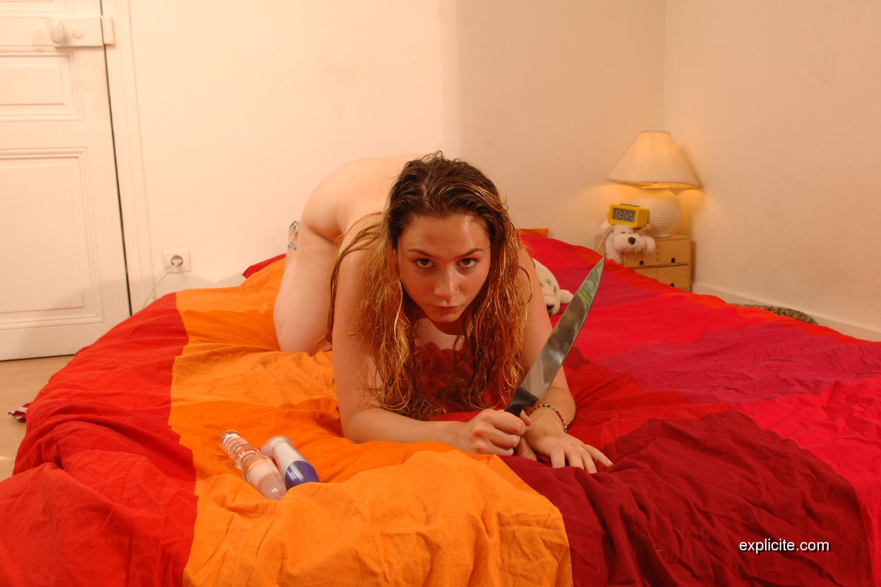 Katie Zucchini joue avec sa chatte poilue en solo -