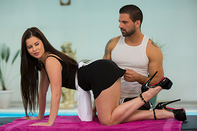 Russian pornstar Cassie Fire gets her first massage by Lorenzo Viota. 1/2