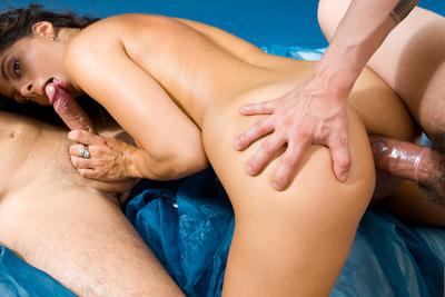 Une jeune débutante française dans sa première scène de sexe à trois. 1/2