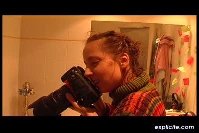 Deux teens françaises délurées font des photos nues dans leur bain
