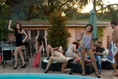 The photos of the final orgy by the pool in the film Des filles libres