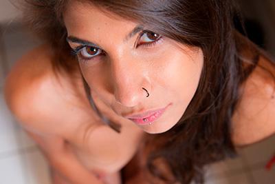 Les photos de la douce Liliana Croft nue qui se branle dans la salle de bain