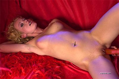 Des photos de la jeune Melissa Lauren dans sa première scène de gode