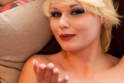 Une blonde timide se déshabille et se masturbe pour la première fois