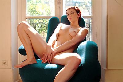 1ères photos d'Eliska Cross nue, pipi et gode anal près de la fenêtre