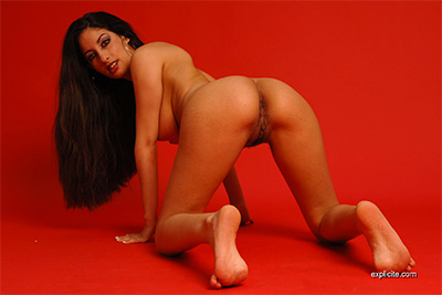 Bursty arabic babe Salomé very first strip-tease video