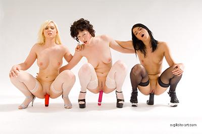 Vidéo X de trois beautés qui se godent et font une pipe en studio